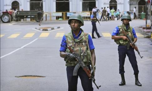 Manish Swarup/AP/TT Lankesiska soldater bevakar en katolsk kyrka i Colombo. Arkivbild.