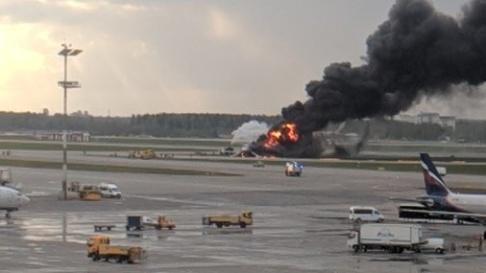 @punti_z Elden spred sig snabbt efter nödlandningen med ett Aeroflot-plan i Rysslands huvudstad Moskva.