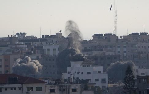 Khalil Hamra/AP/TT Ett israeliskt luftangrepp mot Gaza stad under söndagen.