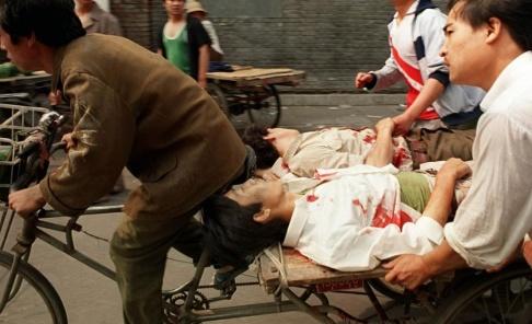AP/TT Många av de som skadades under massakern på Himmelska fridens torg i Peking 1989 fördes till sjukhus av meddemonstranter på cykel. Än i dag är det oklart hur många som miste livet i den kinesiska militärens angrepp på demonstrationen, men tusentals tros ha dödats eller skadats. Arkivbild.