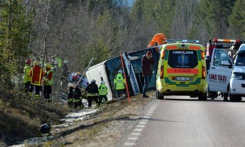 Nisse Schmidt/TT Tre ungdomar omkom när en buss välte utanför Sveg i Härjedalen i april 2017. Nu överklagas den friande domen mot bussföraren.