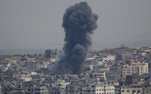 Hatem Moussa/AP/TT Rök stiger från en explosion efter en israelisk flygräd mot Gaza. Bilden är från i söndags, och flygräden är inte densamma som den som beskrivs i artikeln.