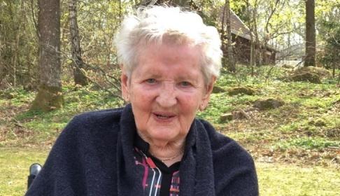 Hon stod nakenmodell på 40-talet. Först nu får 98-åriga Inez Johansson se det färdiga resultatet. Foto: Privat.