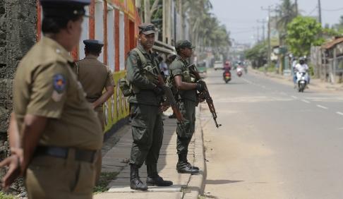 Eranga Jayawardena /AP/TT Det är spänt i Sri Lanka efter påskhelgens självmordsdåd. Lankesiska soldater patrullerar i ett muslimskt bostadsområde i en ort drygt tre mil norr om storstaden Colombo. Bild från den 6 maj.