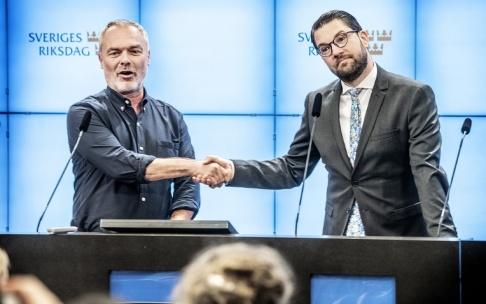 Tomas Oneborg/SvD/TT Vinnare och förlorare inför EU-valet, i alla fall enligt TV4:s sammanvägda undersökning, partiledarna Jan Björklund från Liberalerna och Jimmie Åkesson från Sverigedemokraterna. Arkivbild.