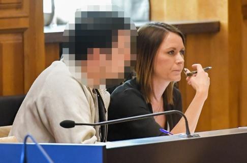 Jonas Ekströmer/TT Läkaren bredvid sin försvarare Frida Wallin vid en tidigare häktningsförhandling. Arkivbild.