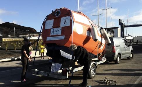 Jean-Jacques Savin via AP/TT Jean-Jacques Savin i december förra året inför sjösättningen av tunnan som skulle föra honom över Atlanten, en 450 landmil lång resa.