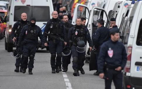 PASCAL PAVANI/AFP/TT Poliser i närheten av den bar där en 17-åring på tisdagskvällen höll fyra kvinnor gisslan.