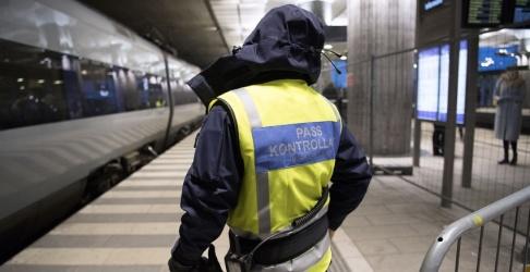 Johan Nilsson/TT En passkontrollant på väg ombord för att kontrollera ett Öresundståg på station Hyllie utanför Malmö i januari 2018.