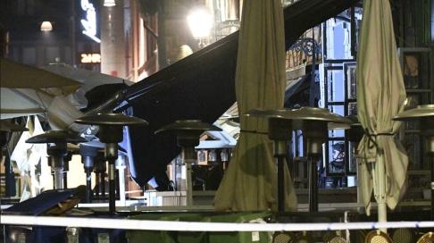 Johan Nilsson/TT Nationella bombskyddet på plats efter en explosion vid restaurang Koi på Lilla torg i Malmö natten till fredagen.