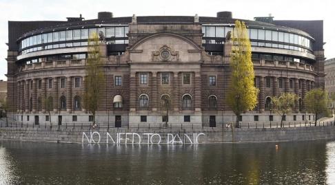 THOMMY TENGBORG/TT Fyra Greenpeace-aktivister greps efter att ha klottrat utanför riksdagen.