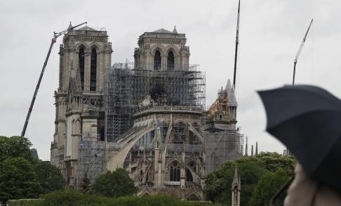 Thibault Camus/AP/TT Katedralen en dryg vecka efter den förödande branden den 15 april.