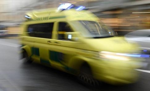 Bertil Enevåg Ericson / TT Ambulans har skickats till en skola i Osby för att ta hand om skärrade elever sedan en man gått till attack mot en skolbuss med slägga. Arkivbild.