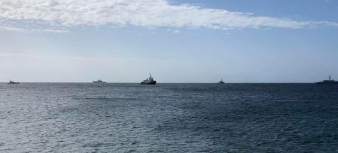 Elio Desiderio/AP/TT Fartyget Mare Jonio, i mitten, flankerad av Italiens kustbevakning och polisbåtar utanför Italien, vid ett annat tillfälle i mars. Arkivbild.