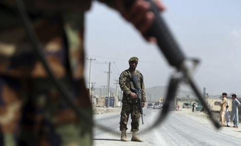 Rahmat Gul/AP/TT Afghanska soldater vid en väg utanför Kabul. Bilden är tagen i ett annat sammanhang. Arkivbild från 28 april.