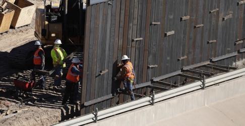 Eric Gay/AP/TT Ett påbörjat murbygge nära Texasstaden El Paso, som ligger vid USA:s gräns mot Mexiko.