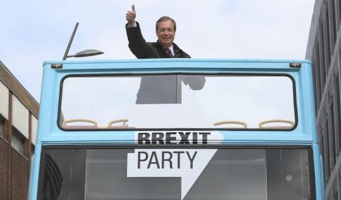 Danny Lawson/PA via AP/TT Brexitpartiets ledare, den tidigare Ukip-frontfiguren Nigel Farage, EU-valkampanjar i Sunderland.