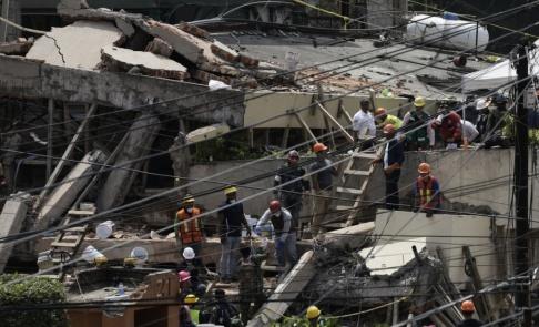 Marco Ugarte/AP/TT Räddningsarbete vid den rasade skolan i Mexiko city i september 2017.