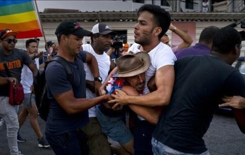 Ramon Espinosa/AP/TT Civilklädd polis ingriper under en prideparad i Havanna, Kuba.