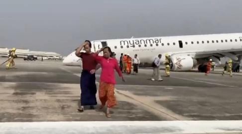 Reuters/TT Lättade passagerare lämnar planet efter landningen.