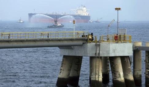 Kamran Jebreili/AP/TT Ett oljefartyg utanför Förenade Arabemiratens kust. Arkivbild.