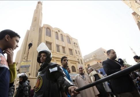 Poliser spärrar av området kring kyrkan i södra Kairo efter attacken. Arkivbild från december 2017.