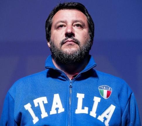 Angelo Carconi/AP/TT Partiledaren och inrikesminister Matteo Salvini klär sig folkligt snarare än i kostym och slips, hånar intellektuella och driver en kampanj mot flyktingar. På bara ett par år har han lyckats öka stödet för Lega från fyra procent till vad som väntas bli över trettio procent.