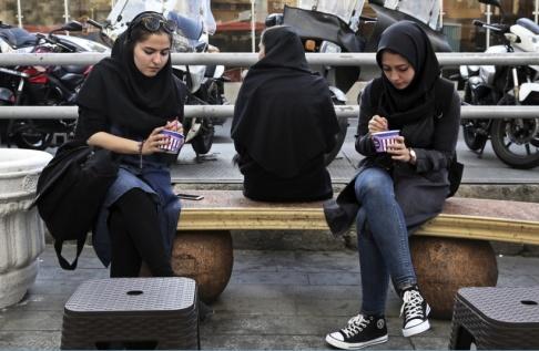 Vahid Salemi/AP/TT Kvinnor i huvudduk i Irans huvudstad Teheran. Arkivbild.