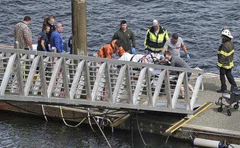 Dustin Safranek/AP/TT En person får vård efter sjöplanskrocken i Alaska. Fem personer omkom och tio skadades i olyckan. En av passagerarna saknas fortfarande.