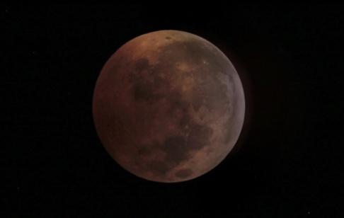 AP/TT Månen skrumpnar, ungefär som en vindruva som torkar till ett russin, i takt med att dess inre svalnar. Arkivbild.