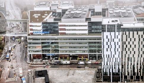 Tomas Oneborg/SvD/TT Karolinska universitetssjukhuset vill spara 1 miljard i år och lägger ett varsel på 550 tjänster. Arkivbild.