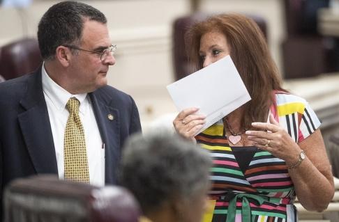 Mickey Welsh/AP/TT Delstatskongressledamöterna Chris Pringle och Terri Collins i Alabama Statehouse i Montgomery i samband med veckans överläggningar om abortlagstiftningen.