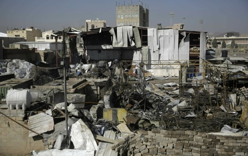Hani Mohammad/AP/TT Kriget i Jemen rasar vidare. Bild från Sanaa i april.