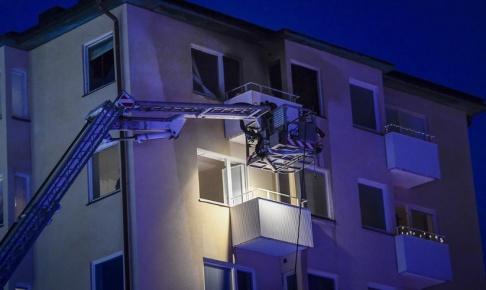 Erik Simander/TT Rökdykare hjälpte två skadade personer ut ur den brandskadade lägenheten på Söder i Stockholm.