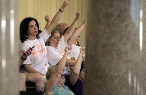 Christian Gooden/AP/TT Demonstrationer för rätten till abort i Missouris representanthus inför omröstningen.
