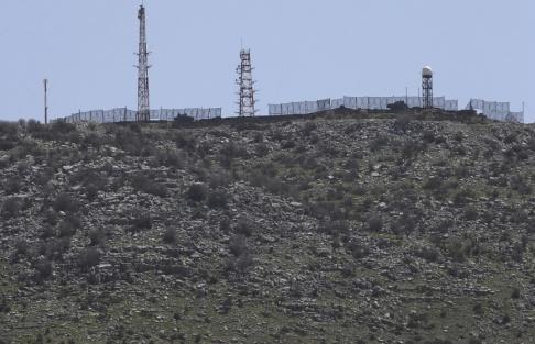 Hussein Malla/AP/TT Israel uppges utföra luftanfall mot syriska mål. Arkivbild av en israelisk militäranläggning i Golanhöjderna.