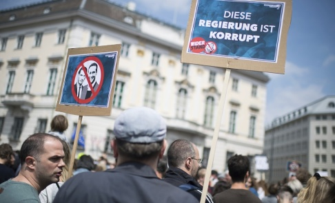 Michael Gruber/AP/TT Tusentals demonstranter samlades på lördagen i regeringskvarteren i Wien och krävde nyval.