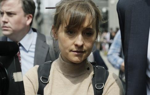 """Mark Lennihan """"Smallville""""-skådespelerskan Allison Mack har erkänt sig skyldig till bland annat sexhandel och tvångsarbete i samband med den kontroversiella självhjälpsgruppen Nxivm."""