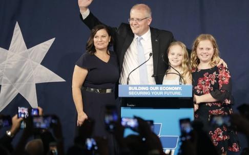 Rick Rycroft/AP/TT Scott Morrison med sin fru, Jenny, och parets två barn under valnatten.
