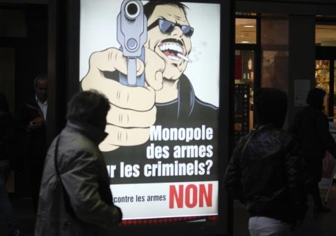 """Frank Jordans/AP/TT """"Ska vi ge vapenmonopol till de kriminella? NEJ"""", står det på en affisch inför omröstningen i Schweiz som hölls på söndagen."""