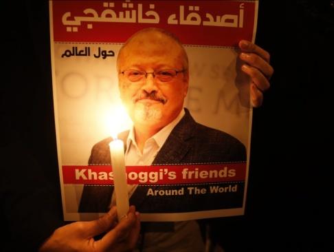 Lefteris Pitarakis/AP/TT En bild på den mördade saudiske journalisten Jamal Khashoggi hålls upp under en minnesstund för honom utanför det saudiska konsulatet i Istanbul i oktober i fjol. Arkivblid.