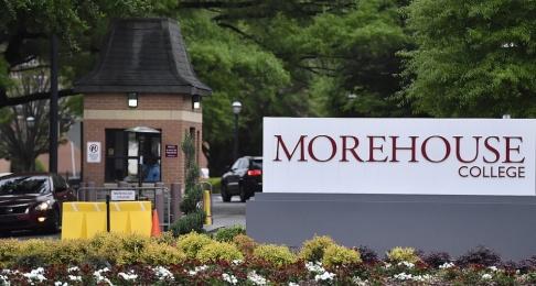 Mike Stewart/AP/TT Avgångselever vid Morehouse College i Atlanta, USA, fick en oväntad och generös examenspresent. Arkivbild tagen i annat sammanhang.