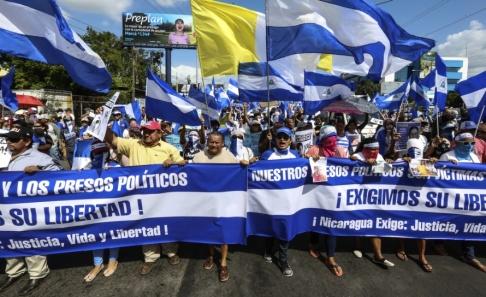 Alfredo Zuniga/AP/TT Regeringskritiska demonstranter kräver rättvisa, liv och frihet under en manifestation i Managua i Nicaragua i augusti 2018. Arkivbild.