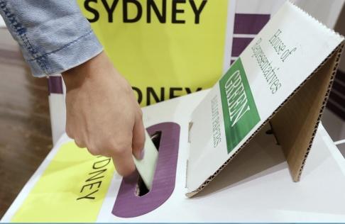 Rick Rycroft/AP/TT En väljare lägger sin röst i det australiska valet i lördags.