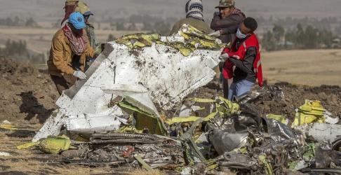 Mulugeta Ayene/AP/TT Räddningsarbetare vid platsen för Ethiopian Airlines-haveriet. Arkivbild.