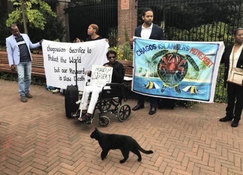 Mike Corder/AP Demonstranter från Chagosöarnas ursprungsbefolkning utanför den internationella domstolen i Haag 2018.