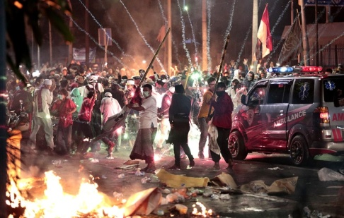 Dita Alangkara/AP/TT Fyrverkeripjäser exploderar vid anhängare till Prabowo Subianto, som förlorade presidentvalet mot den sittande presidenten Joko Widodo.