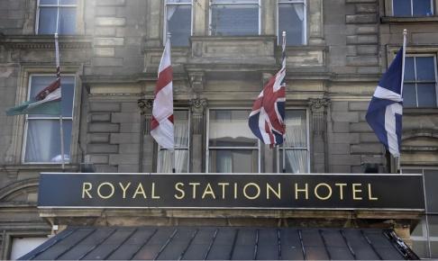 Wiktor Nummelin/TT Än så länge fladdrar flaggorna från Wales, England, Storbritannien och Skottland sida vid sida utanför järnvägshotellet i Newcastle. Men brexit har gjort relationen allt mer snårig.