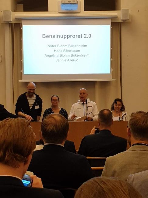 Hans Albertsson, Jennie Allerud, Peder Blohm Bokenhielm och Angelina Blohm Bokenhielm besökte riksdagen för att föra talan för 600 000 personer i Sverige som tröttnat på de höga skatterna på drivmedel. Foto: Bensinupproroet 2.0.