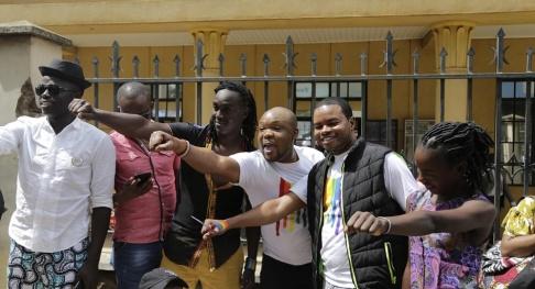 Khalil Senosi/AP/TT Kenyas högsta domstol ändrar inte lagen som kan bestraffa homosexualitet med fängelse i 14 år, vilket dessa gayaktivister hade hoppats på.